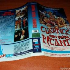 Cinema: CARATULA VHS- CUERNOS EN SALSA PICANTE. Lote 101656563