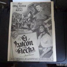Cine: HOJA ORIGINAL REVISTA,CON PUBLICIDAD DE PELICULA DE CINE. EL HALCÓN Y LA FLECHA.. Lote 115217947
