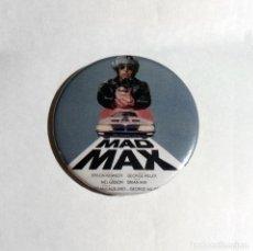 Cine: MAD MAX - CHAPA 59MM (CON IMPERDIBLE). Lote 128586247
