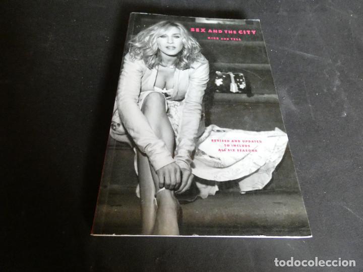 LIBRO EN INGLES TAPA DURA SOBRE LA SERIE SEXO EN NOVA YORK SEX AND THE CITY PESA 850 GR (Cine - Varios)