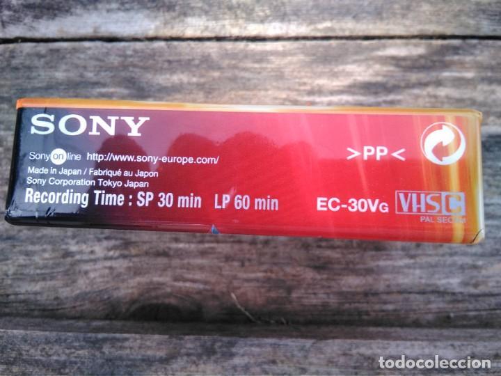 Cine: Cinta vídeo VHS, precintada, tamaño pequeño (moneda para apreciar tamaño) - Foto 2 - 238650920