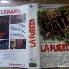 Cine: CARATULA LA PUERTA VHS. Lote 263120020