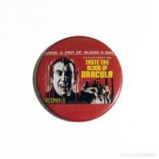 Cine: TASTE THE BLOOD OF DRACULA - CHAPA 59MM (CON IMPERDIBLE). Lote 263698960