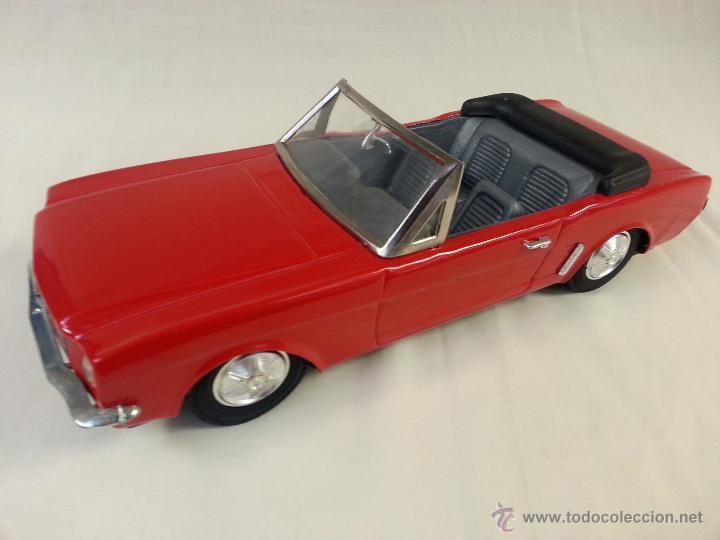 Coches a escala: Ford mustang convertible fricción de hojalata Juguete coche c1960s 28 cm - Foto 2 - 52835468