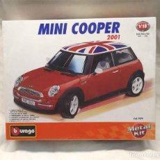 Coches a escala: MINI COOPER 2001 BURAGO ESCALA 1/18 NUEVO A ESTRENAR CON BLISTER. Lote 182412863