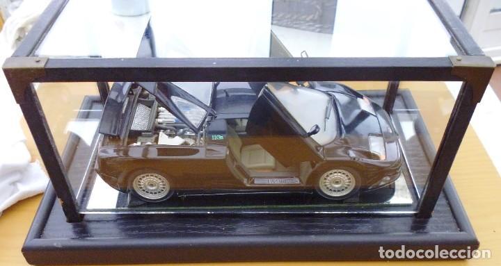Coches a escala: Vitrina / Urna expositora de cristal y madera con choche Bugatti CEB. Escala 1/18. Burago año 1991 - Foto 4 - 209777240