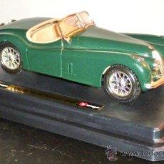 Coches a escala: JAGUAR XK 120 ROADSTER DE 1948 DE BURAGO ESCALA 1:24 CON SU PLATAFORMA Y CAJA. Lote 26781695