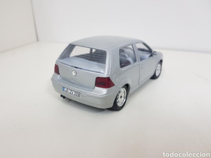 Coches a escala: Burago escala 1/24 Volkswagen Golf 1998 plateado con giro de volante - Foto 4 - 132643826