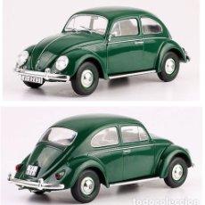 Coches a escala: VOLKSWAGEN ESCARABAJO 1200 STANDARD VW 1960 1/24 IXO SALVAT CON PEANA. Lote 148128825