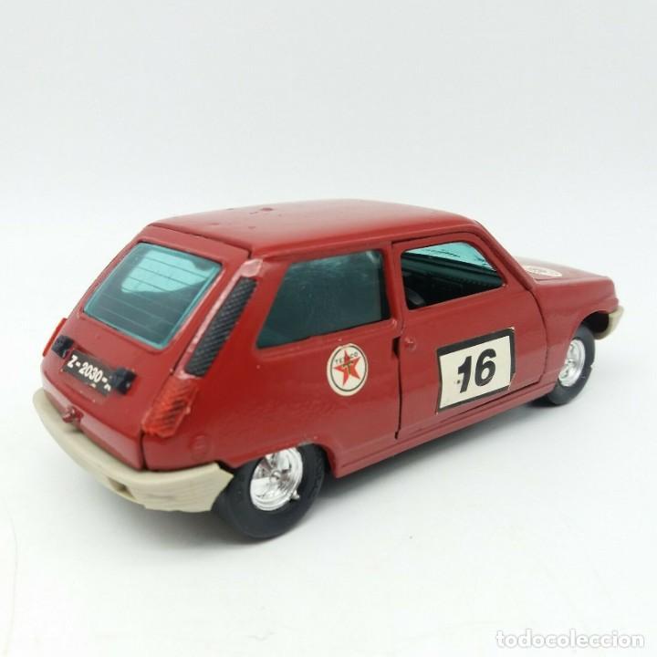 Coches a escala: Renault 5, R5 NACORAL rara versión en color rojo, jugado en buen estado general escala 1/24 - Foto 2 - 172030912