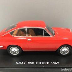 Coches a escala: COCHE SEAT 850 COUPÉ 1967 CON MATRÍCULA DE GERONA Y SU FASCÍCULO CORRESPONDIENTE. ESCALA 1/24.. Lote 186251435