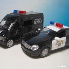 Coches a escala: FURGONETA SWAT DE LOS ANGELES Y COCHE DE POLICIA NUEVOS EN CAJA ESCALA APROXIMADA 1:32 UNOS 10 CM. Lote 70194165