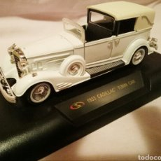 Coches a escala: SIGNATURE 1/32 SCALE DIECAST - 32327 - 1933 CADILLAC TOWN CAR - BLANCO . Lote 95515736