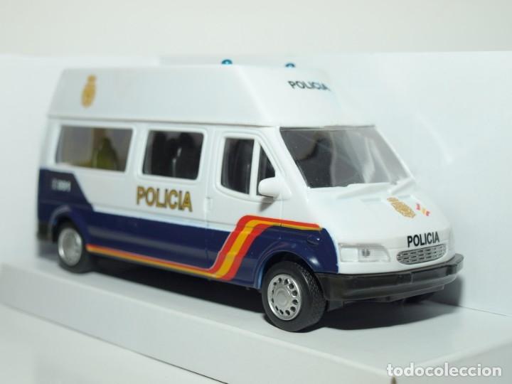 Coches a escala: Furgón Ford Transit blanco Policia Nacional escala 1/32 Cararama - Foto 2 - 56941063