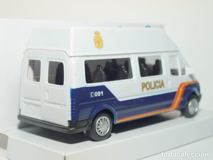 Coches a escala: Furgón Ford Transit blanco Policia Nacional escala 1/32 Cararama - Foto 3 - 56941063