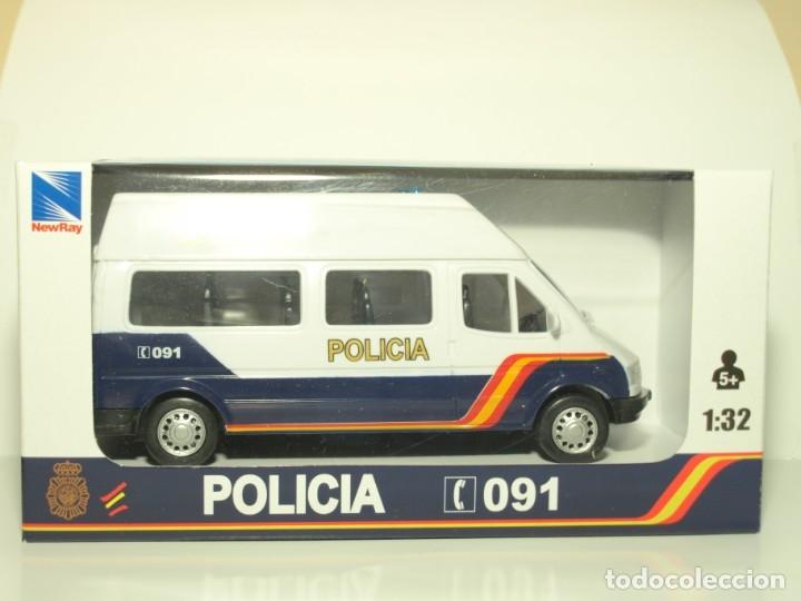 Coches a escala: Furgón Ford Transit blanco Policia Nacional escala 1/32 Cararama - Foto 4 - 56941063