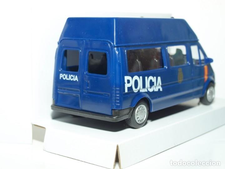 Coches a escala: Furgón Ford Transit azul Policia Nacional escala 1/32 Cararama - Foto 2 - 56941065