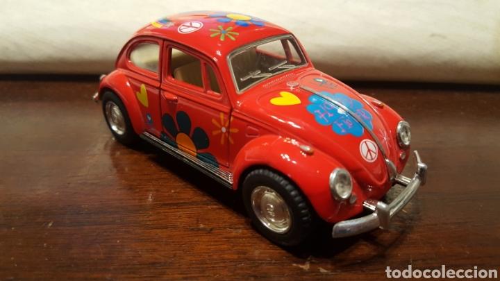 Coches a escala: Coche - Volkswagen classical beetle (1967) - Kinsmart - Escala 1:32 - Love Hippy - Foto 2 - 183566412