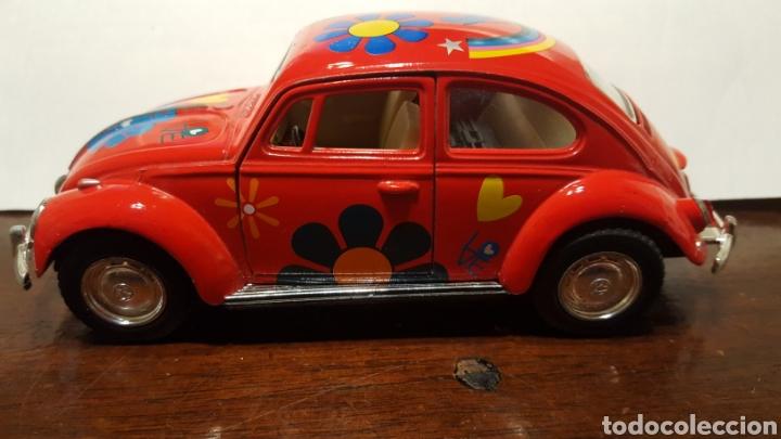 Coches a escala: Coche - Volkswagen classical beetle (1967) - Kinsmart - Escala 1:32 - Love Hippy - Foto 3 - 183566412