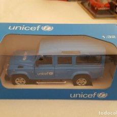 Auto in scala: LAND ROVER DEFENDER UNICEF ESCALA 1:32. Lote 203937756