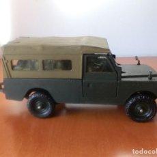 Auto in scala: LAND ROVER L. W. B. MADE IN ENGLAND. BRITANS LTD. ESC 1/32. CON 9 SOLDADOS.. Lote 228788370