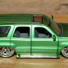 Coches a escala: CADILLA ESCALADE TUNNING - MALIBU INTERNATIONAL LTD - 2004 - ESCALA 1/32 - 14CM DE LARGO. Lote 228839030