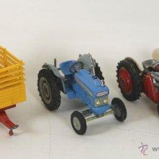 Coches a escala: LOTE DE 3 VEHICULOS AGRICOLAS EN METAL. CORGI TOYS. ESCALA 1/43. AÑOS 1960.. Lote 54608659