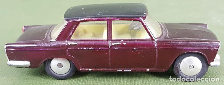 FIAT 1800. CORGI TOYS. ESCALA 1/43. MADE IN ENGLAND. COLOR GRANATE. CIRCA 1960. (Juguetes - Coches a Escala 1:43 Corgi Toys)