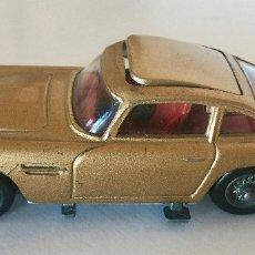 Coches a escala: CORGI TOYS JAMES BOND ASTON MARTIN DB5 – DORADO - VINTAGE 1965 ENGLAND. Lote 183002346