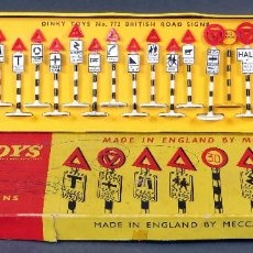 Voitures à l'échelle: CAJA SEÑALES BRITISH ROAD SIGNS DINKY TOYS MADE IN ENGLAND 772 1/43 AÑOS 60 COMPLETA. Lote 120542215