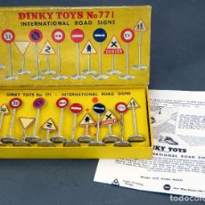 Auto in scala: CAJA SEÑALES INTERNATIONAL ROAD SIGNS DINKY TOYS MADE IN FRANCE 771 1/43 AÑOS 60 COMPLETA. Lote 120542755