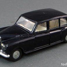 Coches a escala: ROLLS ROYCE PHANTOM V LIMOUSINE DINKY TOYS CON CONDUCTOR MADE IN ENGLAND 152 1/43 AÑOS 70. Lote 122382183
