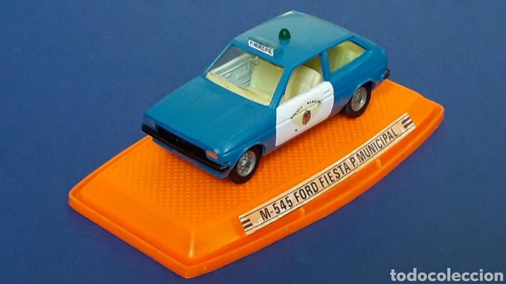 Coches a escala: Ford Fiesta Policía Municipal ref. 545, metal esc. 1/43, Pilen Spain, original años 70-80. Con caja. - Foto 3 - 157779430