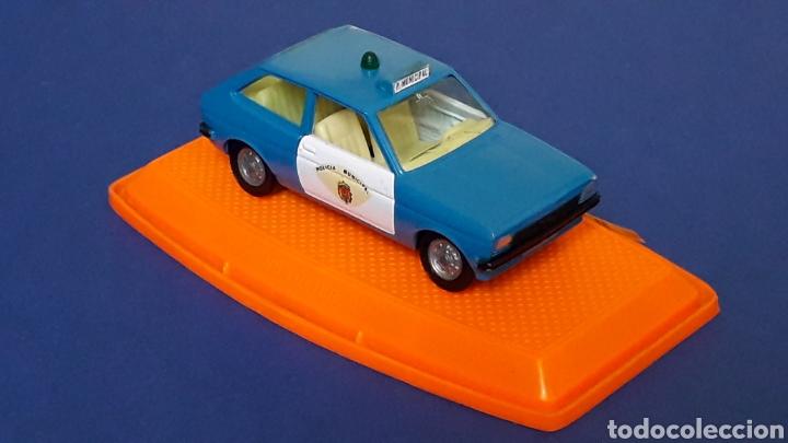 Coches a escala: Ford Fiesta Policía Municipal ref. 545, metal esc. 1/43, Pilen Spain, original años 70-80. Con caja. - Foto 6 - 157779430