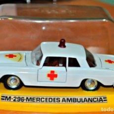 Coches a escala: MERCEDES 250 AMBULANCIA M-296 DE PILEN. ESCALA 1/43. Lote 173643523