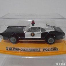 Coches a escala: COCHE A ESCALA, OLDSMOBILE POLICIA, AUTO PILEN, URNA, BASE AMARILLA PRIMERA SERIE, MADE IN SPAIN. Lote 275666753