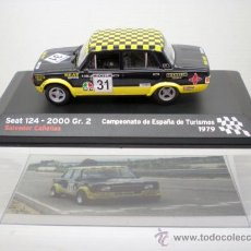 Coches a escala: COCHE SEAT 124 2000 GR 2 RALLYE 1:43 IXO MODEL CAR RALLY CAÑELLAS 1979 1/43 FIAT. Lote 195320368
