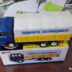 Coches a escala: GUISVAL CAJA CON CAMION MERCEDES TRANSPORTES INTERNACIONALES-REF. 450, RARO!!!. Lote 129095939