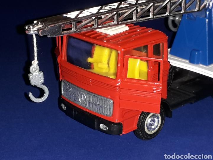 Coches a escala: Camión Mercedes 451 pluma grúa, metal, esc. 1/43, Guisval IBI made in Spain, Dinky copy, año 1970. - Foto 2 - 132955838