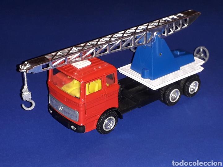 Coches a escala: Camión Mercedes 451 pluma grúa, metal, esc. 1/43, Guisval IBI made in Spain, Dinky copy, año 1970. - Foto 3 - 132955838