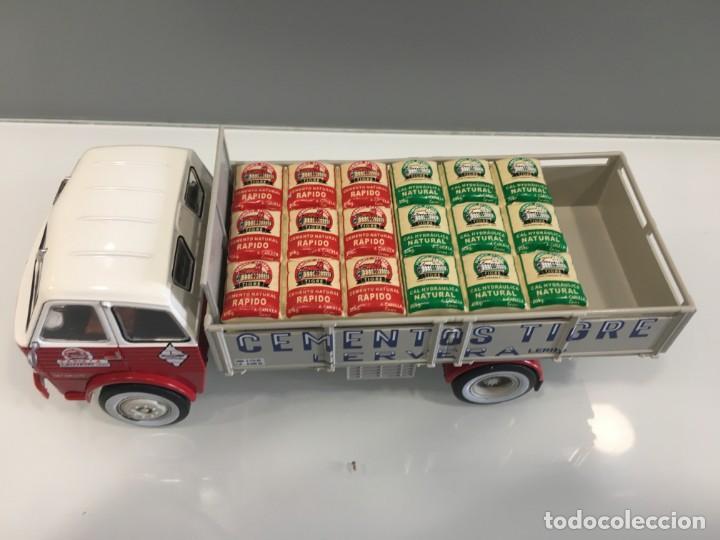 Coches a escala: Camión PEGASO 1031- CEMENTOS TIGRE (1960) con matrícula de Lerida. Escala 1/43 - Foto 9 - 190577843