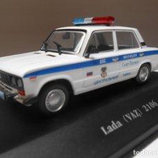 Auto in scala: COCHE POLICIA LADA VAZ 2106 POLICE 1/43 1:43 ATLAS CAR POLIZEI URSS RUSIA. Lote 243828870