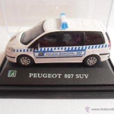 Coches a escala: COCHE PEUGEOT 807 SUV POLICIA MUNICIPAL MADRID 092 HONGWELL EN URNA ESC 1/72. Lote 43735839