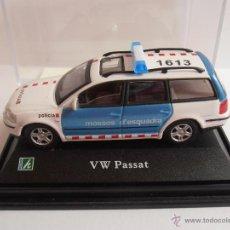 Coches a escala: COCHE VW PASSAT MOSSOS D'ESQUADRA POLICIA HONGWELL EN URNA ESC 1/72. Lote 161754833