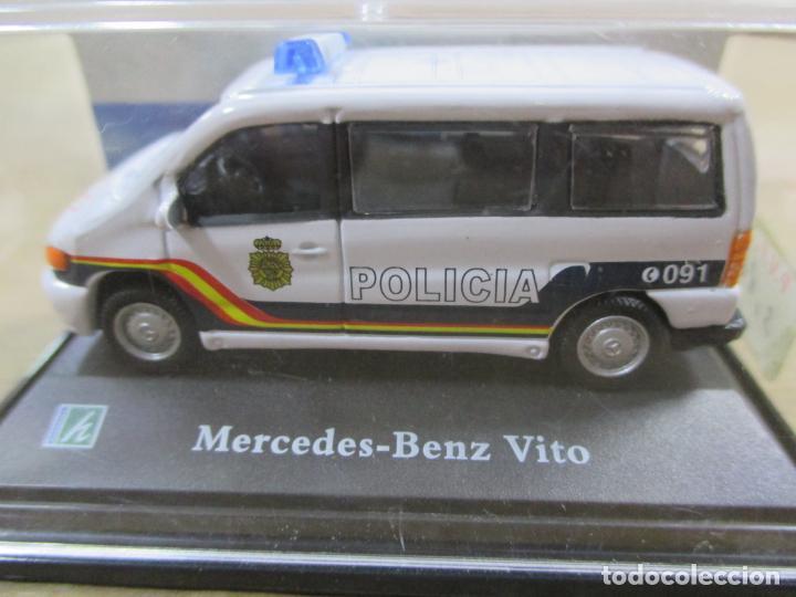 Coches a escala: ANTIGUO COCHE DE METAL 1/72 MERCEDES BENZ VITO. POLICIA. 6 CM. CON CAJA. VER FOTOS. - Foto 2 - 163548069