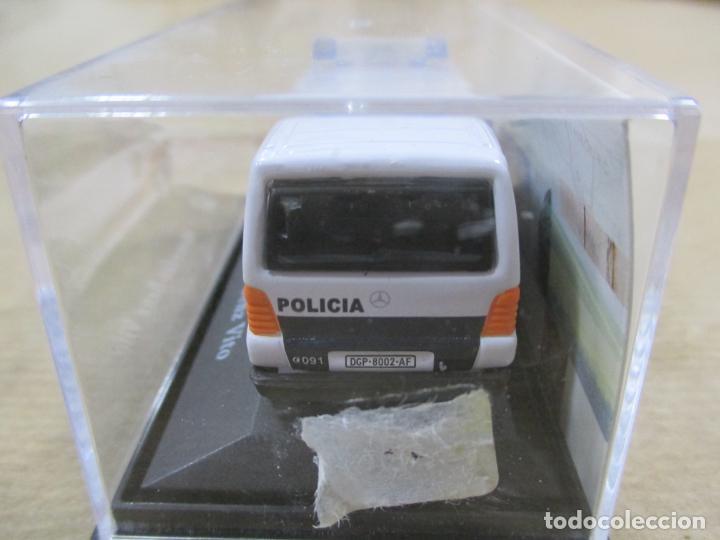 Coches a escala: ANTIGUO COCHE DE METAL 1/72 MERCEDES BENZ VITO. POLICIA. 6 CM. CON CAJA. VER FOTOS. - Foto 5 - 163548069
