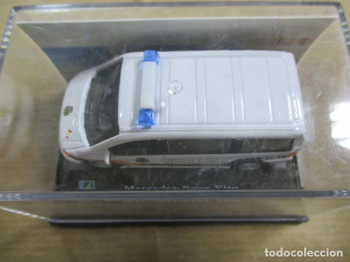 Coches a escala: ANTIGUO COCHE DE METAL 1/72 MERCEDES BENZ VITO. POLICIA. 6 CM. CON CAJA. VER FOTOS. - Foto 2 - 163548144