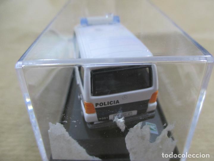 Coches a escala: ANTIGUO COCHE DE METAL 1/72 MERCEDES BENZ VITO. POLICIA. 6 CM. CON CAJA. VER FOTOS. - Foto 6 - 163548144