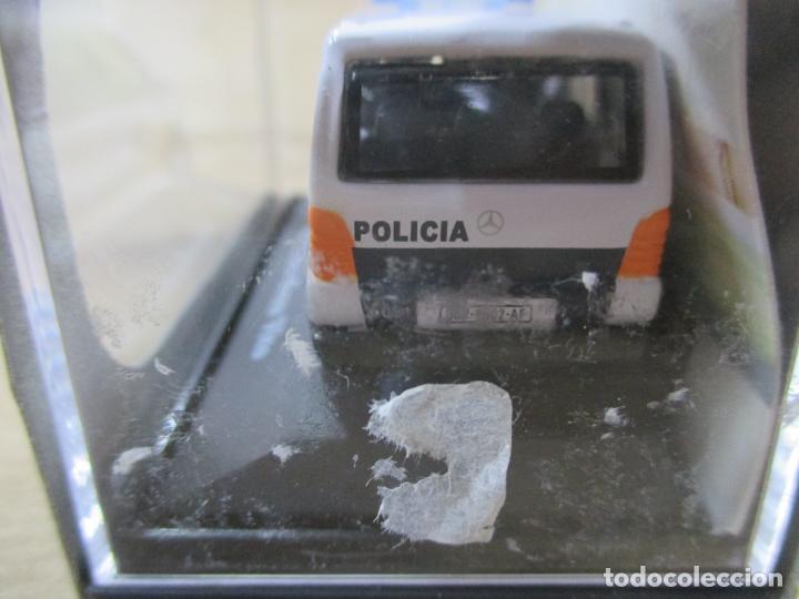 Coches a escala: ANTIGUO COCHE DE METAL 1/72 CARARAMA. ABG. MERCEDES BENZ VITO. POLICÍA NACIONAL. CON CAJA. 6 CM. - Foto 6 - 163548198