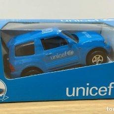 Coches a escala: COCHE DE LA UNICEF A ESCALA 1/60 - MITSUBISHI PAJERO AUTOPROPULSADO. Lote 217913232